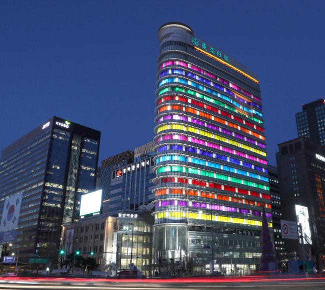 무지갯빛으로 빛나는 동아미디어센터 전경. 서울 도심 풍경을 바꿔놓은 이 작품은 올해 12월 31일까지 계속 전시된다.  [김재명 동아일보 기자]