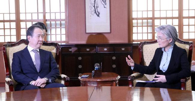 """강경화 외교부 장관은 3월 6일 도미타 고지 주한 일본대사를 초치해 일본 정부의 한국인에 대한 입국제한 조치에 유감을 표명하고 """"우리도 대응 방안을 강구하지 않을 수 없다""""고 경고했다."""