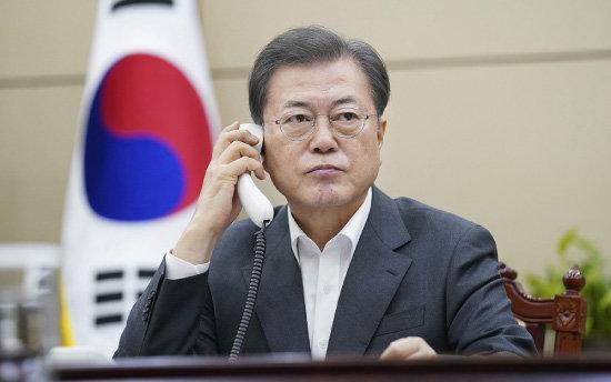 문재인 대통령이 2월 20일 청와대에서 시진핑 중국 국가주석과 전화 통화를 하고 있다. [청와대 제공]