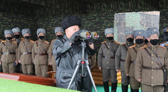 북한 조선중앙통신은 2월 29일 김정은 북한 국무위원장이 전날 인민군 부대 합동타격훈련을 지도했다고 보도했다. [노동신문]