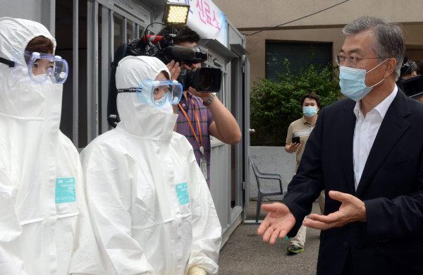 문재인 새정치민주연합 당시 대표가 2015년 6월 28일 경기 성남시 분당구 분당보건소를 방문, 중동호흡기증후군(메르스) 대책본부에서 의료인들을 격려하고 있다. [국회사진기자단]