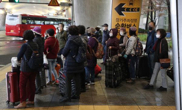 신종 코로나바이러스 감염증(코로나19)과 관련한 이스라엘의 입국 금지로 조기 귀국길에 오른 한국인 관광객들이 2월 25일 영종도 인천국제공항을 통해 귀국한 후 버스에 타고 있다. [홍진환 동아일보 기자]