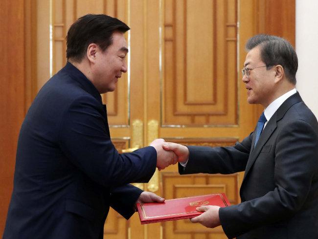 문재인 대통령이  2월 7일 청와대에서 열린  신임장 제정식에서  싱하이밍 주한 중국대사로부터  신임장을 받고 있다. [뉴시스]