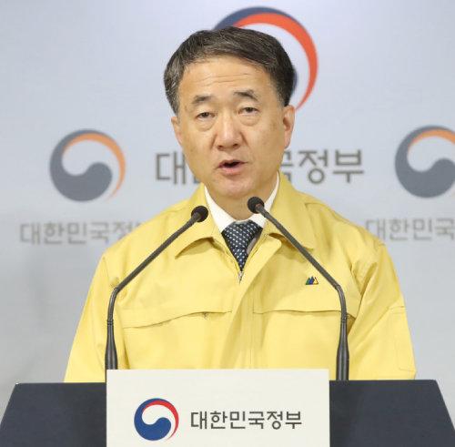 2월 23일 '코로나19' 대책 회의 결과를 발표하는 박능후 보건복지부 장관. [뉴시스]