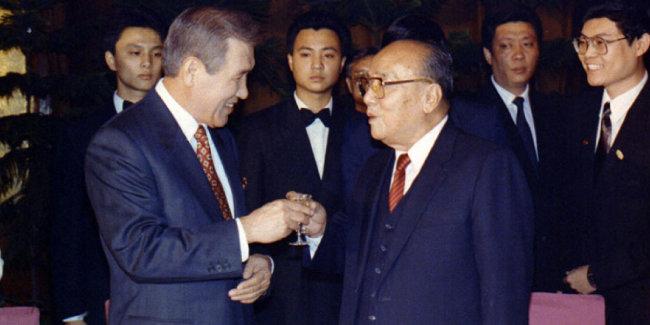 1992년 9월 28일 노태우 당시 대통령(왼쪽)이 한국 국가 원수로는 처음 중국을 공식 방문해 양상쿤 중국 국가주석과 건배를 하고 있다. [국가기록원]