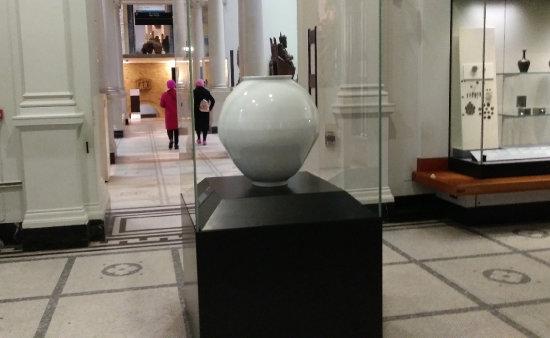 영국 런던 빅토리아 앤드 앨버트 한국실에 전시돼 있는 백자 달항아리.
