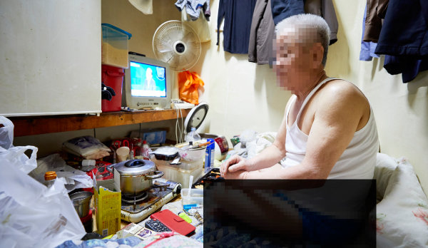 무료급식소 폐쇄로 식사에 어려움을 겪는 쪽방촌 노인. 한 평도 채 안 되는 쪽방에서 부실한 식사를 하고 있다.  [홍중식 기자]