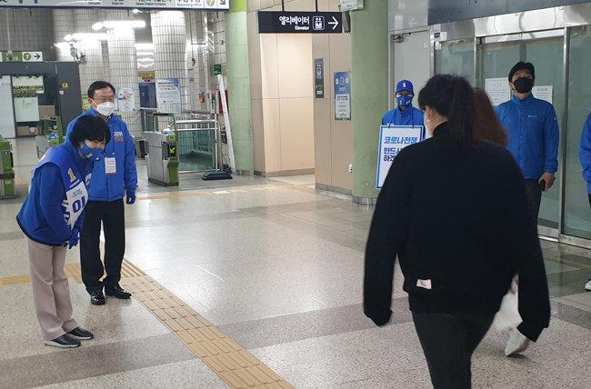 3일 오전 이수진 더불어민주당 후보가 서울 지하철 7호선 숭실대입구역 개찰구에서 시민들에게 출근 인사를 건네고 있다. [이현준 기자]