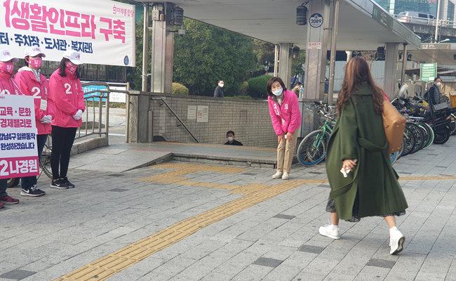 3일 오전 나경원 미래통합당 후보가 서울 지하철 2‧4호선 사당역 8번 출구 앞에서 시민들에게 출근 인사를 건네고 있다. [이현준 기자]