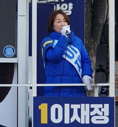 6일 오전, 서울 지하철 4호선 평촌역 인근에서 이재정 더불어민주당 후보가 유세차량 위에서 시민들에게 인사를 건네고 있다. [이현준 기자]