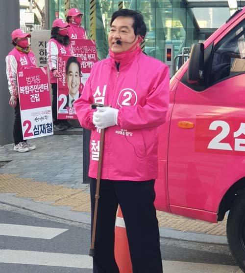 6일 오전, 서울 지하철 4호선 범계역 3번 출구 앞에서 심재철 미래통합당 후보가 시민들에게 출근인사를 건네고 있다. [이현준 기자]