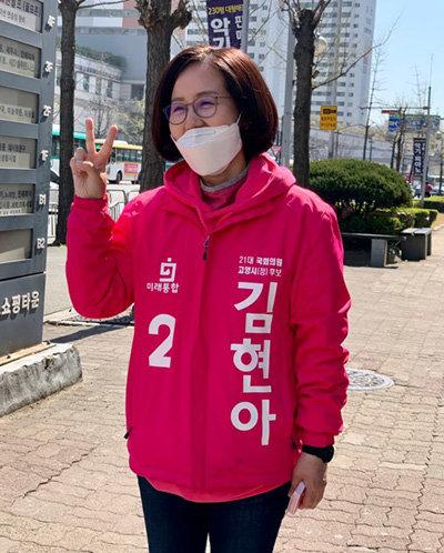 6일 오전 10시 50분 김현아 미래통합당 고양정 후보가 선거운동을 마치고 기호 2번을 나타내는 손가락을 들고 웃고 있다. [문영훈 기자]