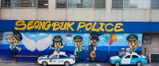 사진과 미니카를 이용해 성북경찰서에 경찰차가 주차돼 있는 모습을 표현했다.