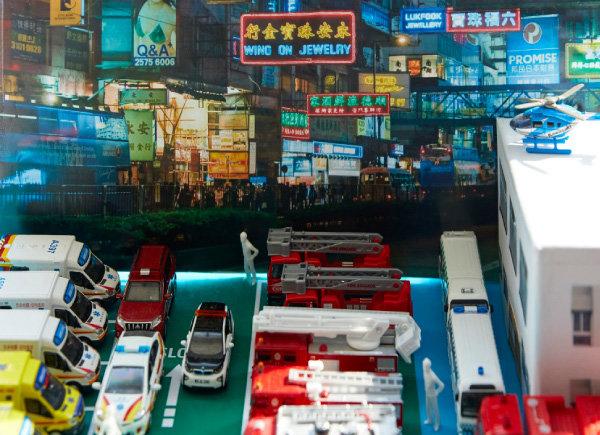 홍콩 여행 중 촬영한 사진을 배경으로 제작한 홍콩 소방서 모형(디오라마).