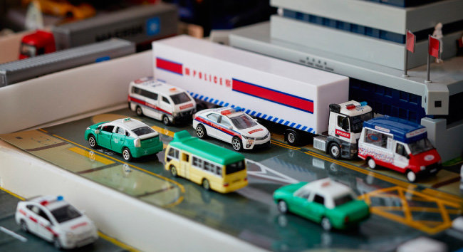 수집품을 이용해 각양각색 자동차가 다니는 도로 풍경을 연출했다.