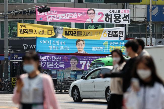 제21대 국회의원 선거운동이 시작된 4월 2일 서울 은평구을 지역구 거리에 후보들의 현수막이 걸려있다. [뉴스1]