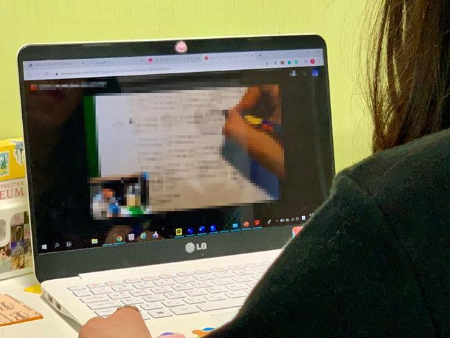 온라인 개학 첫날인 9일 한 고등학교 3학년 학생이 집에서 온라인 수업을 듣고 있다. 해당 수업을 진행하는 교사는 EBS 수능특강 교재에 직접 필기를 하며 설명하는 영상과 그 모습을 원거리에서 찍은 화면을 병치해 영상을 구성했다. [문영훈 기자]