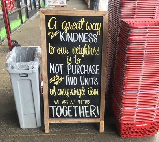 """새너제이에 있는 트레이더조(Trader Joe's) 매장 앞에 """"다른 고객을 위해 품목당 한 개 씩만 바구니에 담으라""""는 내용의 안내판이 세워져 있다."""