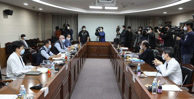 3월 18일 서울 중구 국립중앙의료원 소회의실에서 코로나19 국제 코호트 연구 준비 회의가 진행되고 있다. [뉴시스]