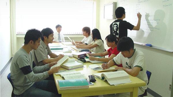 인제대 의대 학생들의 수업 모습. 최근 각 의대는 교육과정에 토론 및 실습을 적극 도입하고 있다. [인제대 의대 제공]