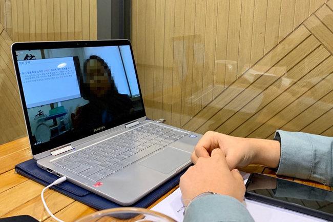 4월 9일 연세대 신촌캠퍼스에서 한 학생이 실시간으로 진행되는 강의를 수강하고 있다. [문영훈 기자]