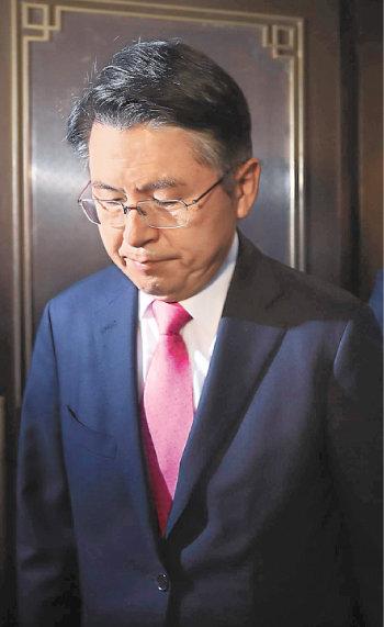 4월 15일 대표직 사퇴를 선언한 뒤 미래통합당 선거상황실을 떠나는 황교안 전 통합당 대표. [동아일보 장승윤 기자]