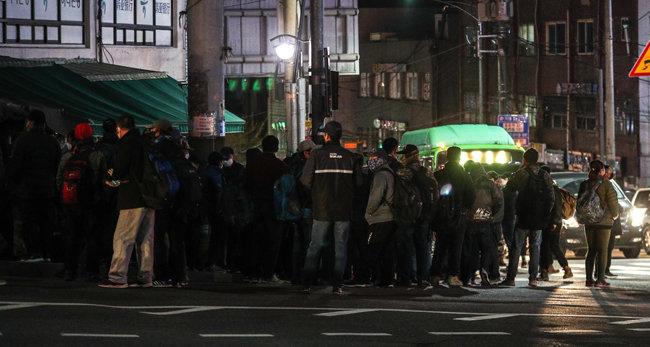 신종 코로나바이러스 감염증이 기승을 부리던 3월 4일 서울 구로구 남구로역 인근 인력시장에서 일용직 근로자들이 일자리를 구하고 있다. [뉴스1]