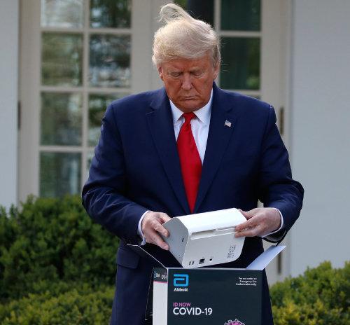 도널드 트럼프 미국 대통령이  3월 30일 미국 백악관에서 진행한 코로나19 브리핑 도중 미국 업체가 개발한  '5분 진단키트'에 대해  설명하고 있다. [뉴시스]