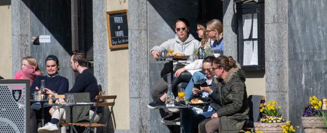 스웨덴 시민들이 4월 11일 스톡홀름의 야외 카페에서 음식을 먹으며 담소하고 있다. 스웨덴 정부는 사회적 거리두기를 강조하면서도 개인의 자유를 상당히 허용하고 있다. [AP=뉴시스]