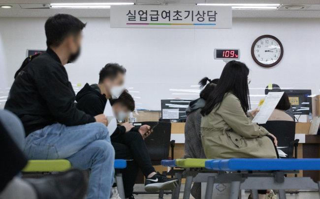 4월 9일 서울 중구  서울지방고용노동청  고용복지플러스센터에서  실업급여 신청자들이  상담을 받으려고  대기하고 있다.  [뉴스1]
