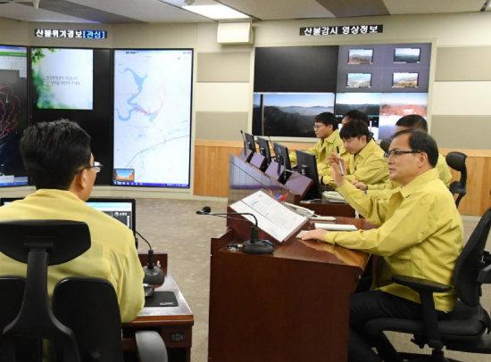 산림청 상황실에서 회의 중인 박종호 산림청장(맨 오른쪽). [동아DB]