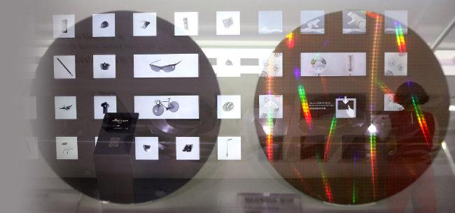 서울 강남구 삼성전자 서초사옥 딜라이트룸에 전시된 반도체 웨이퍼와 반도체 관련 전시를 살펴보는 관람객. [뉴스1]