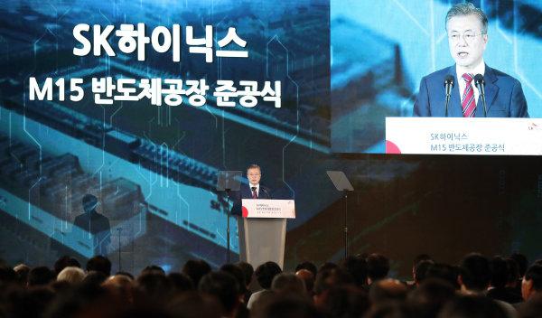 문재인 대통령이 2018년 10월 4일 충북 청주 테크노폴리스에서 열린 SK하이닉스 M15 공장 준공식에서 축사하고 있다. [청와대 제공]