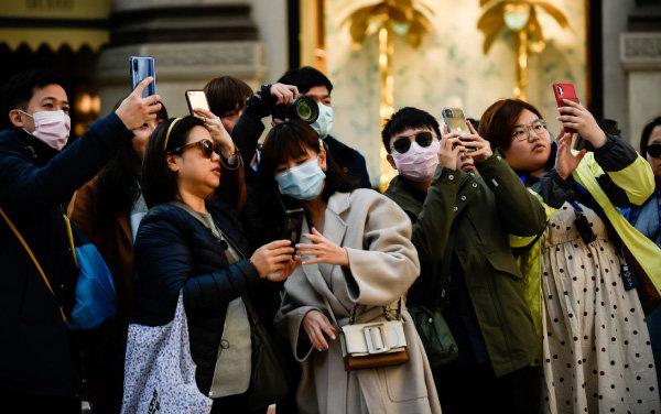 2월 24일 이탈리아 밀라노 중심부에서 사진을 찍고 있는 중국인 관광객. [뉴시스]