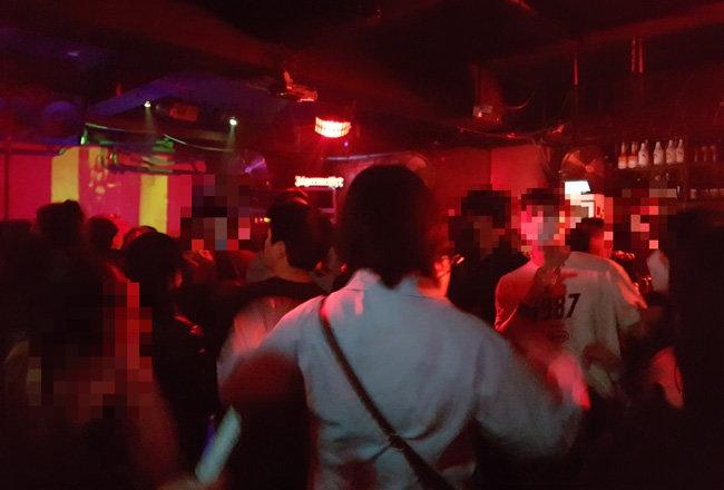 25일 밤 11시 30분 서울 마포구 홍익대 인근 한 클럽에서 청년들이 모여 춤을 추고 있다. [최진렬 기자]