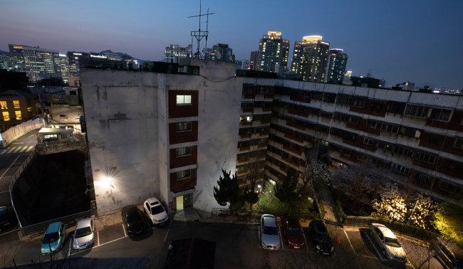 산업화의 영화(榮華)를 품은 아파트 뒤로, 산업화의 결과인 서울 도심이 엿보인다.
