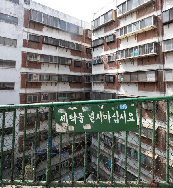회현 제2시범아파트는 입구가 6층에 있다. 입구 주위로 '세탁물을 널지 말라'는 문구가 눈에 띈다.