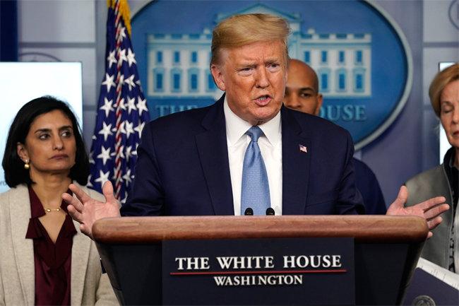 도널드 트럼프 미국 대통령이 3월 16일 백악관 브리핑룸에서 신종 코로나바이러스 감염증(코로나19) 사태에 관해 설명하고 있다. [뉴시스]