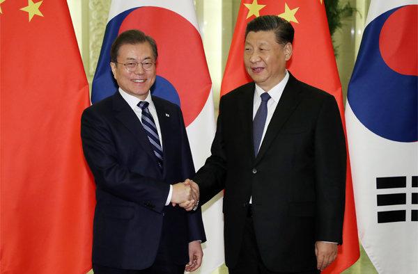 문재인 대통령과 시진핑 중국 국가주석이 2019년 12월 23일 중국 베이징 인민대회당에서 정상회담 전 악수를 하고 있다. [뉴시스]