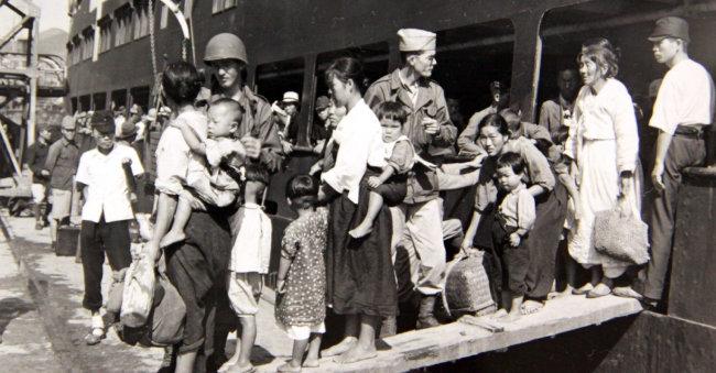 1946년 부산항에 도착한 귀환 동포들이 미군의 안내로 배에서 내리고 있다. 철저한 방역과 격리가 이뤄지지 않으면서 불행히도 귀환 동포들은 전염병 창궐의 시발이 됐다.  [미국국립문서기록청 제공]