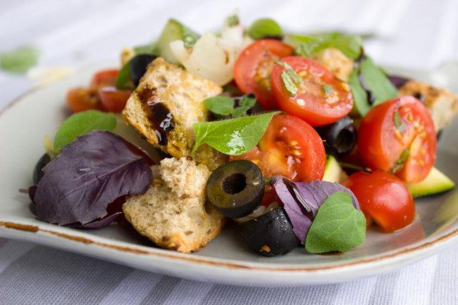 1. 올리브를 샐러드 토핑으로 사용하면 요리의 풍미가 살아난다.