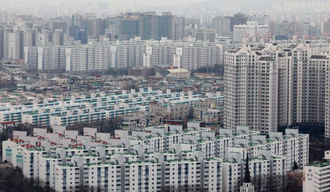 2·20 부동산 대책에 따라 조정대상지역으로 신규 지정된 경기 수원시 아파트 모습. [뉴스1]