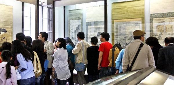 2008년 10월 '미인도'를 보기 위해 서울 성북동 간송미술관을 찾은 관람객들. [동아DB]