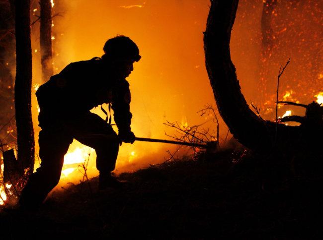 야간 산불 현장에 투입된 산불특수진화대(2019 고성).