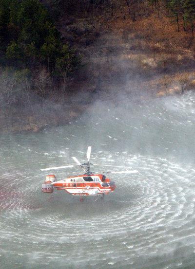담수하는 산림헬기(2005 양양).