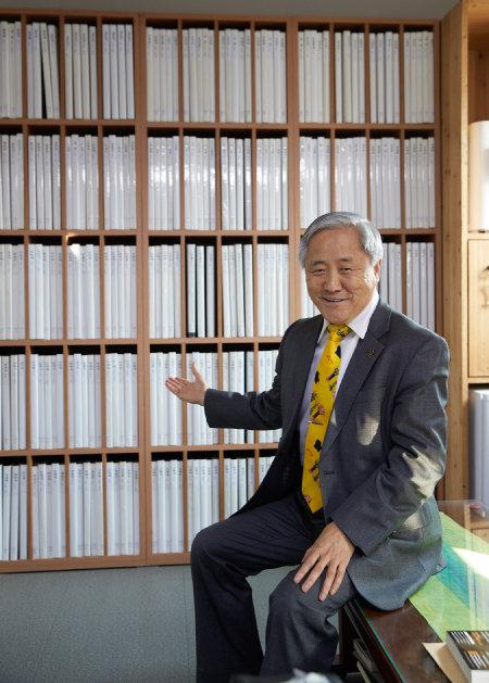 우리나라 최고의 미술 자료 전문가로 통하는 김달진 소장.