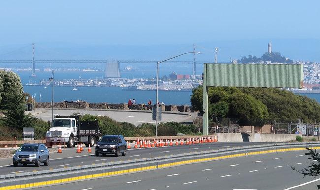 진입로가 폐쇄된 샌프란시스코 금문교 북단 비스타 포인트(Vista Point). 코로나19 유행 전 관광객이 즐겨 찾던 명소인데 지금은 주민 몇 명만 풍경을 감상하고 있다.