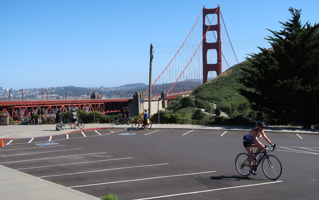 샌프란시스코 금문교 인근 주차 공간. 차량 통행금지로 관광객 발길이 끊기면서 텅 비어 있다.