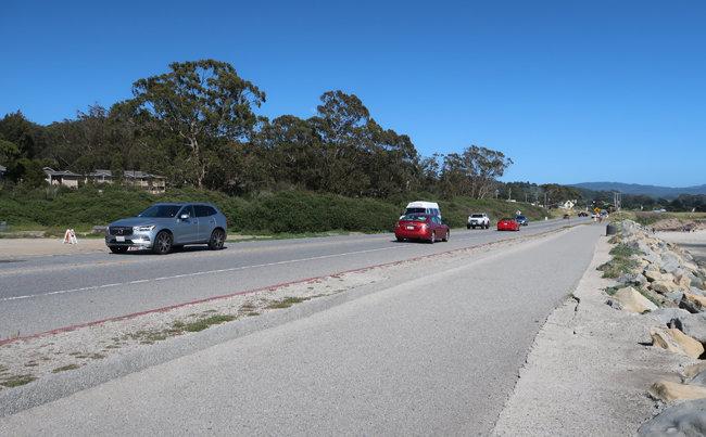 차가 한 대도 서 있지 않은 하프문베이 해변도로 주차 공간. 코로나19 유행 전 주말이면 이곳은 수많은 관광객 차로 빈 곳을 찾기 어려웠다.