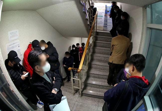 4월 4일 자영업자들이 대출을 받기 위해 서울 종로구 소상공인지원센터 서울중부센터 계단에 새벽부터 줄을 서고 있다. [뉴스1]
